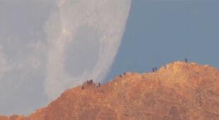 Gigantyczny Księżyc nad wulkanem Teide (NASA)