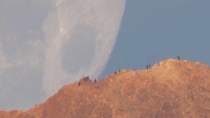 Gigantyczny Księżyc zachodzi nad wulkanem na Teneryfie